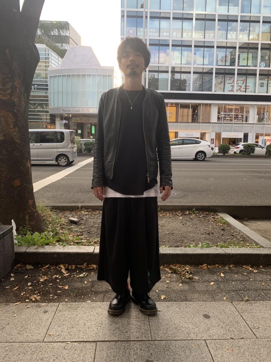 全身黒い服の男性画像